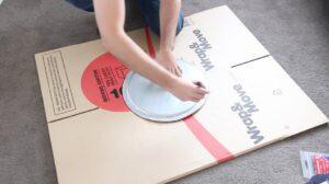 cercle sur un carton pour fabriquer une ring light